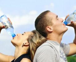 水飲む女性男性
